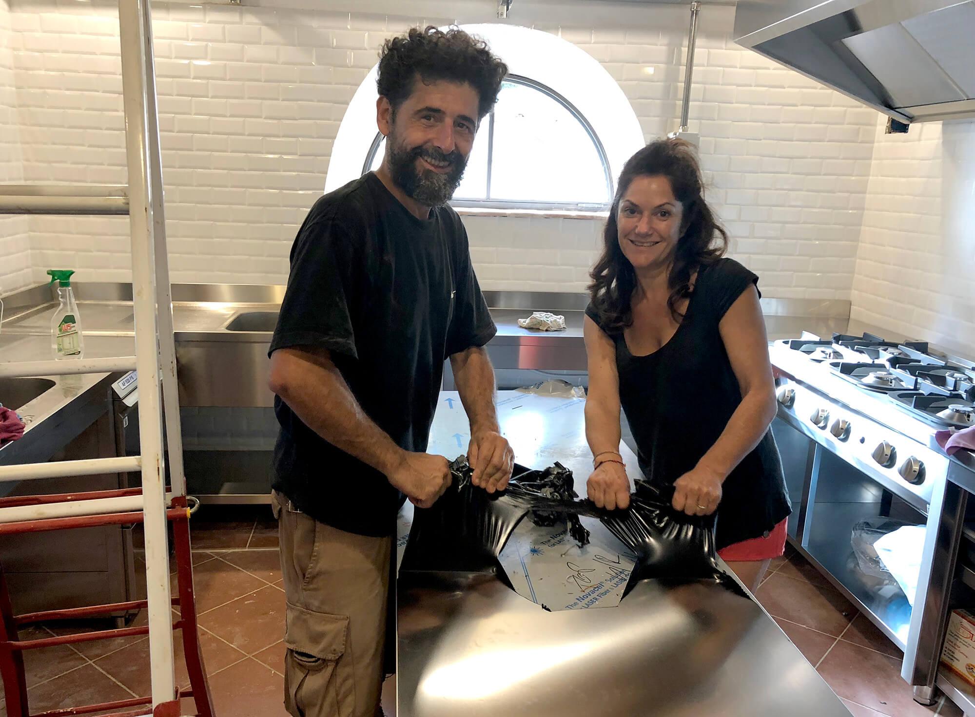 Fabrizio e Katia mentre sballano la cucina industriale della sala colazioni al Podere Camaiano